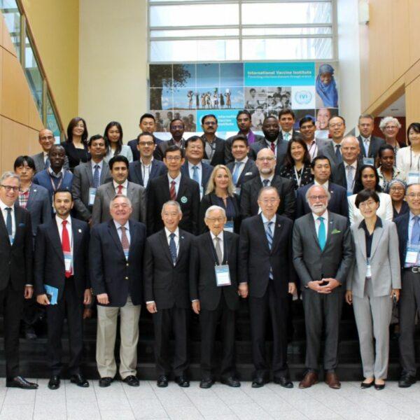 국제백신연구소(IVI 협력국 포럼에서 주요 참석자들이 기념 촬영을 하고 있다.