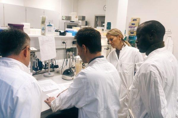 국제백신연구소(IVI)와 덴마크공과대학 팀이 덴마크 콘겐스 륑뷔(Kongens Lyngby)에서 EQASIA 프로젝트 착수 회의 중 실험실 교육을 시행하고 있다. (사진 출처: 덴마크공과대학 산하 국립식품연구소)
