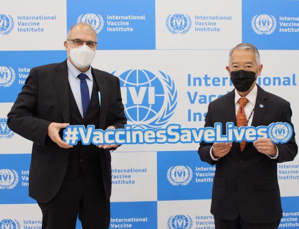 필립 르포르 주한 프랑스 대사(왼쪽)가 22일 서울대학교 연구공원의 국제백신연구소(IVI)를 방문하는 가운데 제롬 김 IVI 사무총장과 포즈를 취하고 있다.