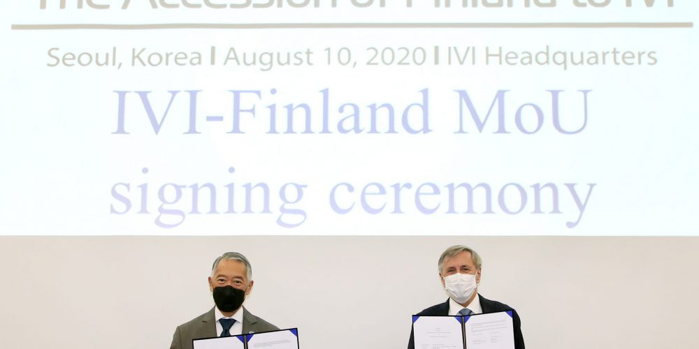 Director General Kim and Ambassador Suominen hold up signed MOUs to mark Finland accession to IVI.