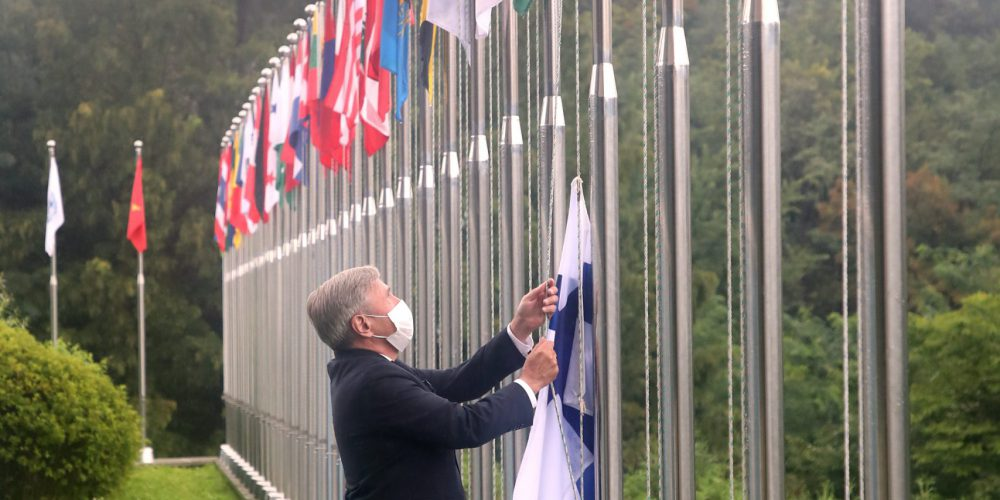 H.E. Eero Suominen, Ambassador of Finland to the Koreas, hoists the flag of Finland at IVI headquarters.