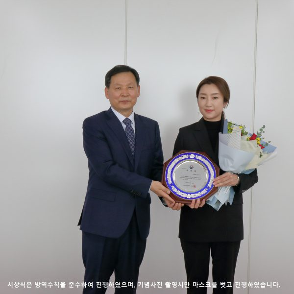 Dong-kyo Yang, Director General of the Korea Disease Control and Prevention Agency's Bureau of Healthcare Safety and Immunization, presents a plague of commendation to Dr. Kyung Min Lee of the International Vaccine Institute (IVI). (Photo=Korea Disease Control and Prevention Agency)