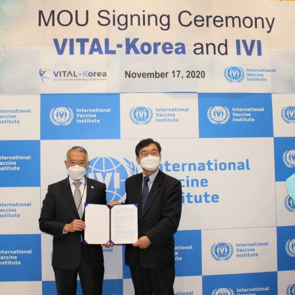 국제백신연구소(IVI)의 제롬 김 사무총장(왼쪽)과 백신실용화기술개발사업단(VITAL-Korea)의 성백린 단장(연세대학교 의과대학 특임교수)이 17일(화) IVI에서 협력 양해각서를 교환하고 있다. (사진=국제백신연구소)