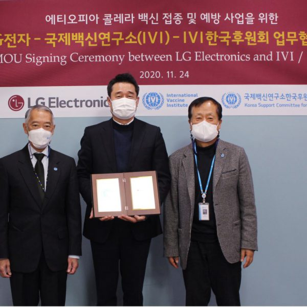 IVI Director General Dr. Jerome Kim (left), IVI's Korea Support Committee Chairman Prof. Sang Chul Park (right), and LG Electronics Senior Vice President Dae Sik Yoon exchange a Memorandum of Understanding at IVI headquarters in Seoul on November 24.