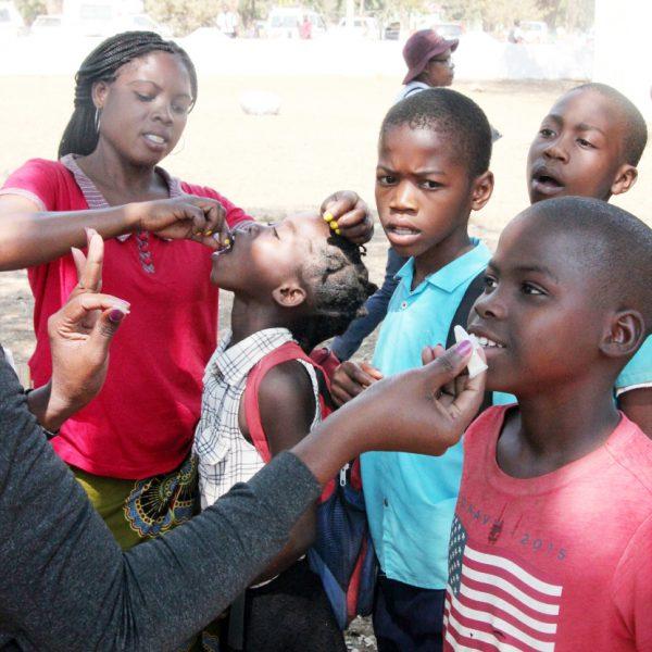 2018~2019년 모잠비크 쿠암바 지방의 콜레라 취약지역 주민 19만여 명을 대상으로 시행된 '모잠비크 콜레라 예방 및 조사(MOCA)' 사업에서 어린이가 접종을 받고 있다. (사진=국제백신연구소)