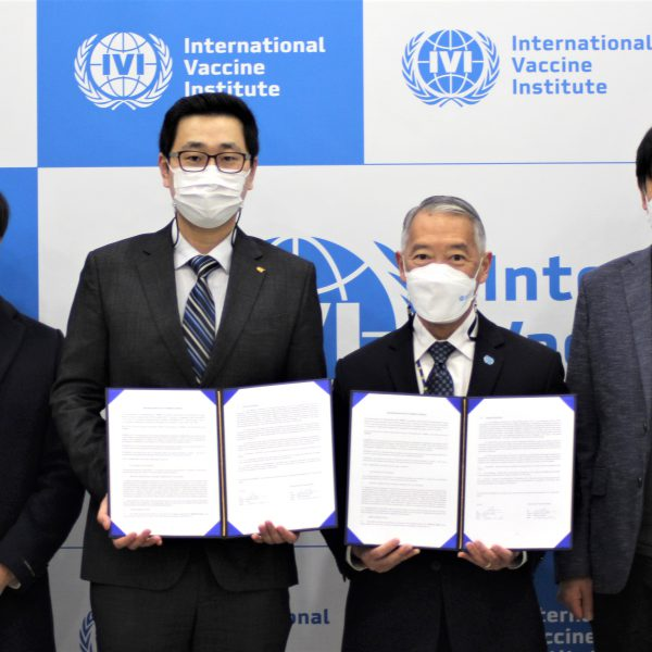 From left: Dr. Jae Chan Park, Director of Discovery Team and Dr. Dr. Chun-pho Hong, CEO from GI-Cell; Dr. Jerome Kim, Director General, and Dr. Manki Song, Deputy Director General from IVI at the MOU signing ceremony at IVI Headquarters.
