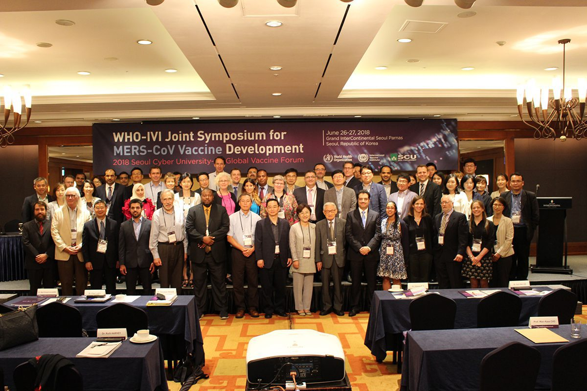 Key-participants-pose-for-a-comemmorative-photo-during-the-WHO-IVI-Joint-Symposium-for-MERS-CoV-Vaccine-Development-in-Seoul-on